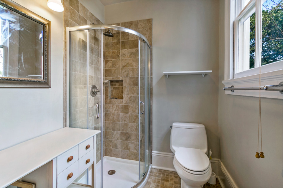 10 - En-Suite Bathroom