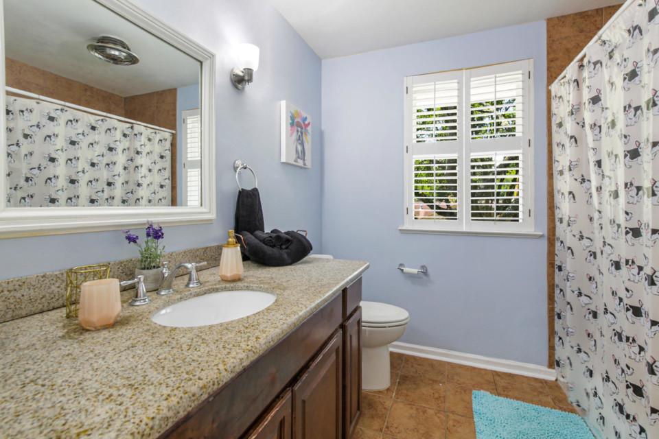 18 - Upstairs Full Bathroom