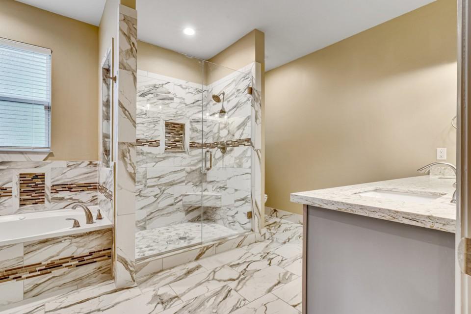 10 - Main Bathroom Jacuzzi, Shower